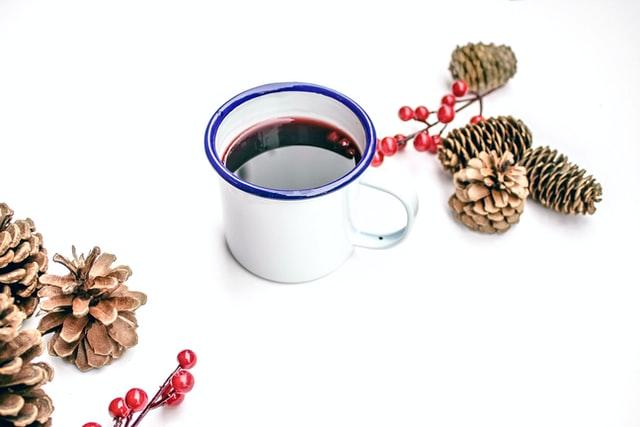 Kemax regnskapsfører - bilde av juledekor og kopp med gløgg